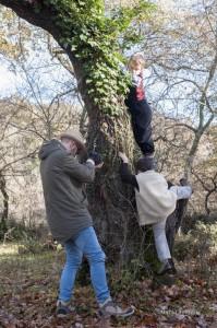 I bambini attori che si arrampicano sugli alberi