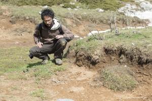 Fabio analizza il contenuto degli escrementi di lupo